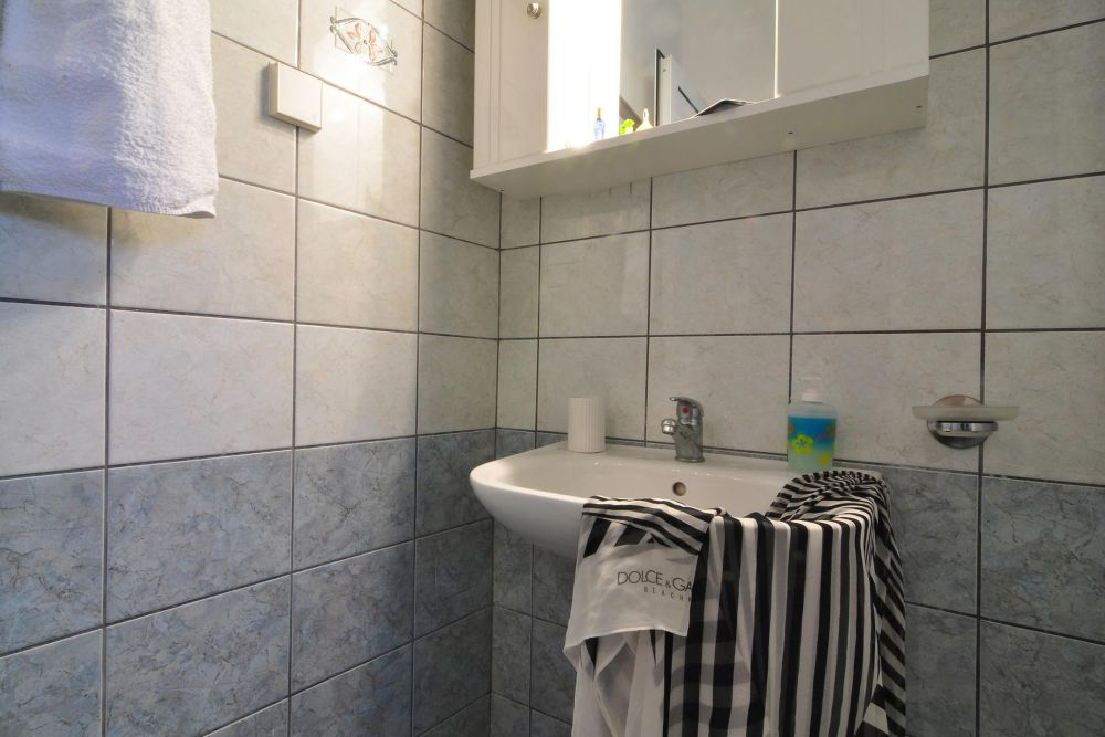 1 bedroom apartment bathroom