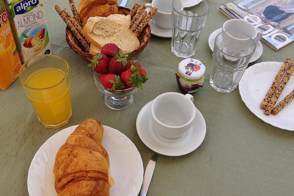 breakfast in rolandos apartments